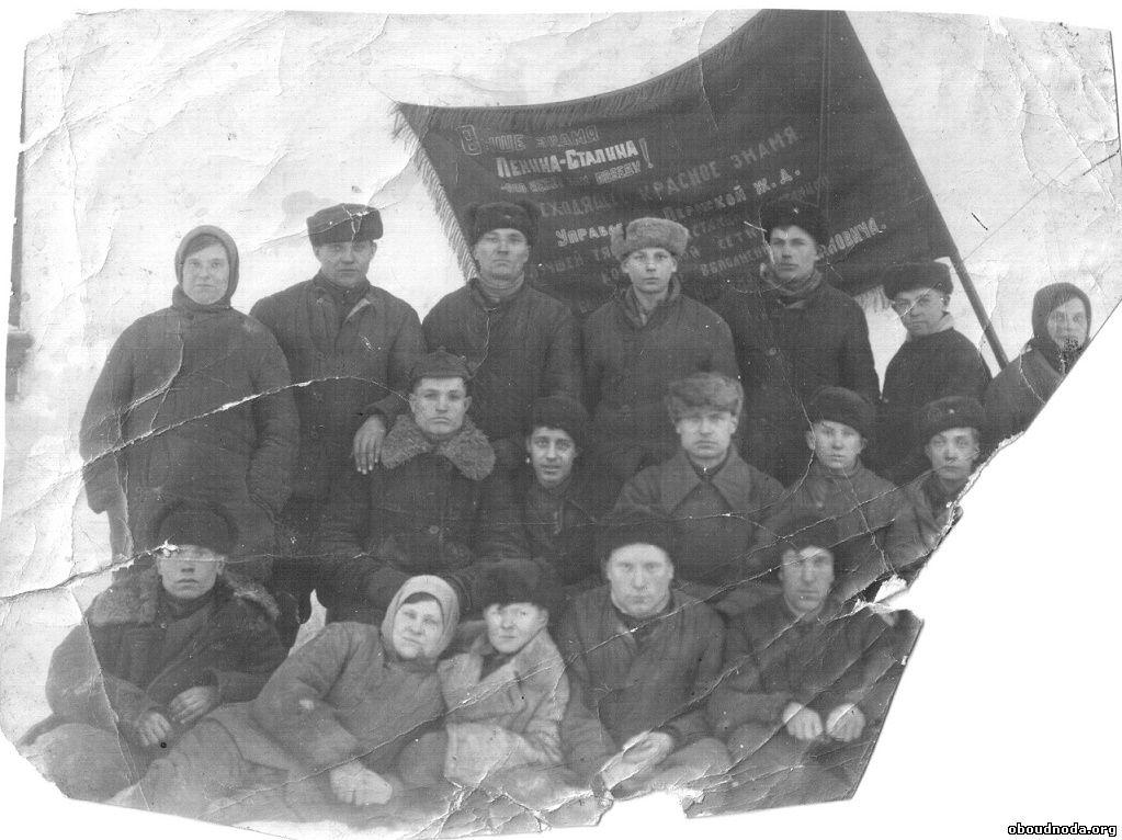Добрынин Николай Иванович в центре в буденовке